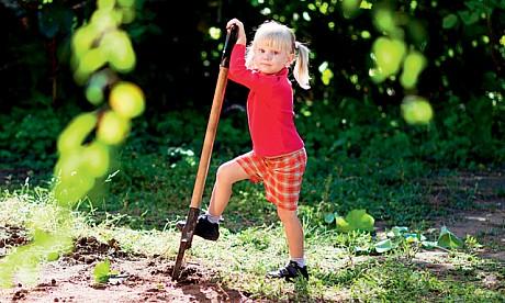 gyerek ásóval